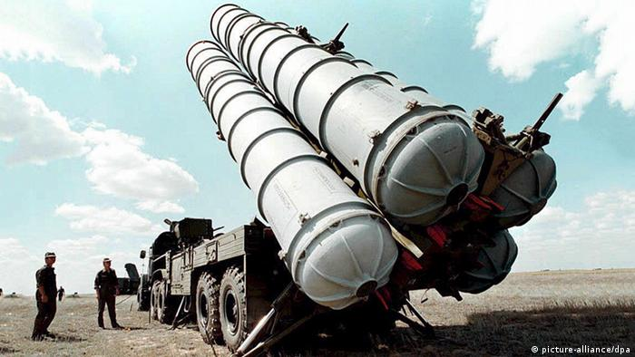 FILE - This undated 1996 photo shows Russian S-300 air defence missiles at a military training camp in Russia. Foto: EPA/dpa (zu dpa «Assad: Erste Raketenteile geliefert- Syrienkonferenz ohne Opposition?» vom 31.05.2013) +++(c) dpa - Bildfunk+++