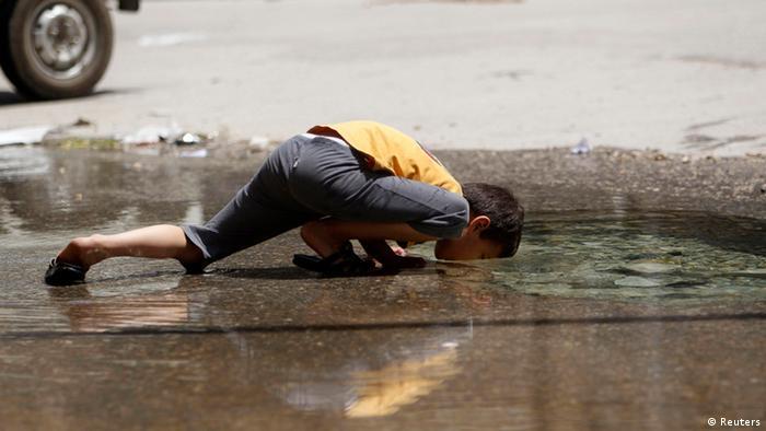 Syrien 02.06.2013 Aleppo Wasserversorgung - Junge trinkt aus Wasserleitung