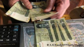 Руки с деньгами