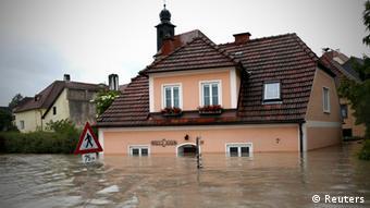 Ein Haus steht zur Hälfte im Wasser (Foto: Reuters)
