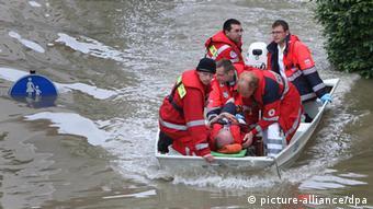 Rettungskräfte bergen in der überfluteten Innenstadt von Passau einen Mann. (Foto: picture alliance/dpa)
