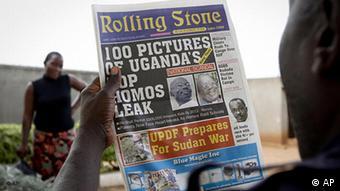 Ein Man aus Uganda liest aus der ugandischen Zeitung Rolling Stone in Kampala, eine Liste mit den Namen von 100 angeblichen Homosexuellen. (Foto: AP Photo)