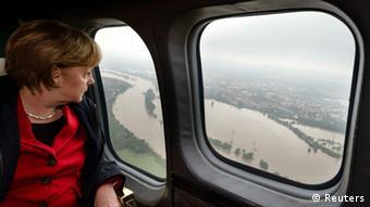La canciller federal, Angela Merkel, recorre en helicóptero la zona de catástrofe.