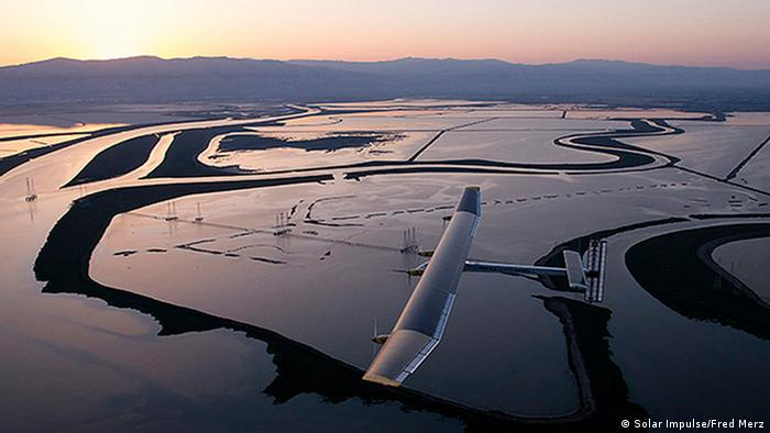 Mountain Mountain View, California, United States: Solar Impulse's HB-SIA prototype, with Bertrand Piccard at the controls, is starting the crossing of America. First leg is Moffett Airfield at the Ames Research Center of NASA to Phoenix Sky Harbour Airport. Solar Impulse will fly across America in stages over May-June-July from San Francisco to Washington D.C. and New York City. . © Fred Merz / Rezo.ch / Solar Impulse