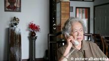 ARCHIV -Die frühere Professorin Ding Zilin, die an der Spitze des Netzwerks «Mütter von Tian'anmen» steht (Archivfoto vom 21.05.2009). Erstmals seit der blutigen Niederschlagung der Demokratiebewegung vor 22 Jahren in China ist einigen Hinterbliebenen finanzielle Entschädigung angeboten worden. Das genannte Netzwerk der Familien berichtete am Dienstag (31.05.2011), es habe sich offenbar um einen ersten Versuch der Behörden gehandelt, ob sich die Probleme stillschweigend mit Zahlungen lösen ließen. EPA/BILL SMITH dpa (zu dpa 0725) +++(c) dpa - Bildfunk+++