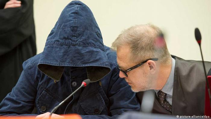 Carsten S. in court with his lawyer Jacob Hösl (Photo: Marc Müller/dpa)