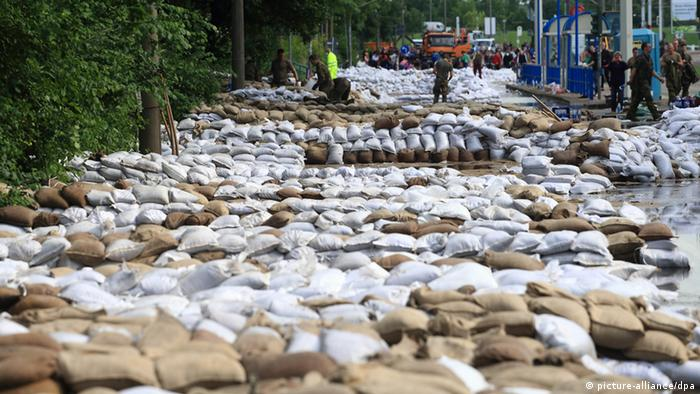 Hundreds of white and brown sandbags are lined up (Photo: Jens Wolf/dpa)