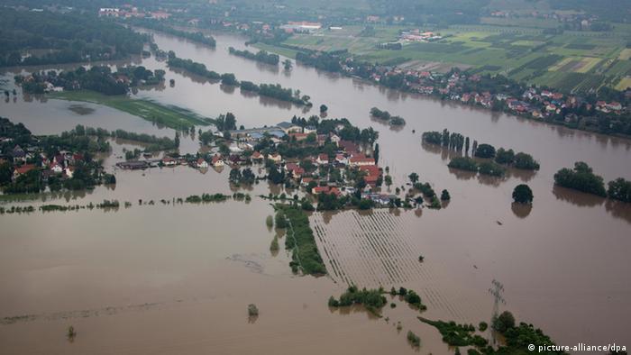 Weite Flächen am Stadtrand von Dresden (Sachsen) sind am 04.06.2013 vom Hochwasser überflutet. Steigende Pegel an der Elbe sorgen für Überflutungen in Sachsen. Foto: Michael Kappeler/dpa