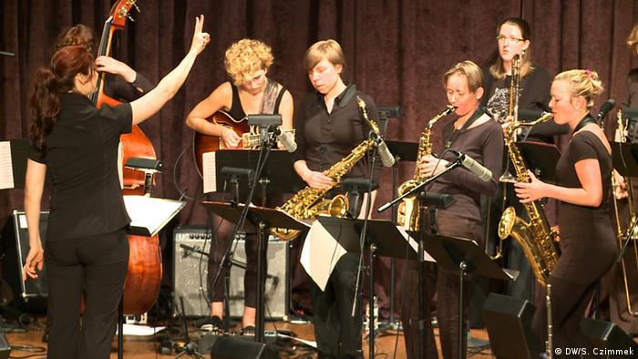 The German Women's Jazz Orchestra playing on stage in Washington Copyright: Stefan Czimmek/DW
