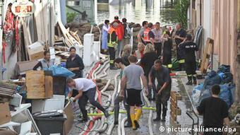 People clean up in Passau Foto: Karl-Josef Hildenbrand/dpa
