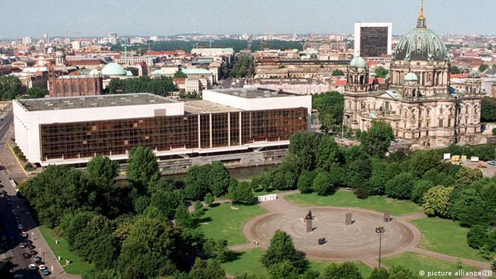 Berliner Stadtschloss Palast der Republik 1976