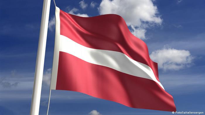 Lettland Flagge (Fotolia/selensergen)