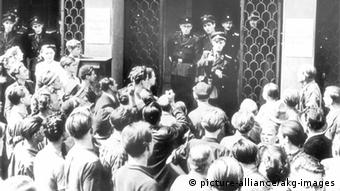 Aufstand 17. Juni, Leipzig Volksaufstand in der DDR am 17. Juni 1953. - Demonstration in Leipzig: Demonstran- ten vor dem Justizgebaeude diskutieren mit Volkspolizisten. - Foto.