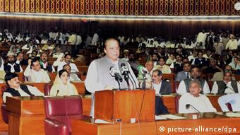 Newly-elected Pakistani Prime Minister Nawaz Sharif speaking at the Parliament, in Islamabad, Pakistan, 05 June 2013 (Photo: EPA/PID / HANDOUT HANDOUT EDITORIAL USE ONLY +++(c) dpa - Bildfunk+++)