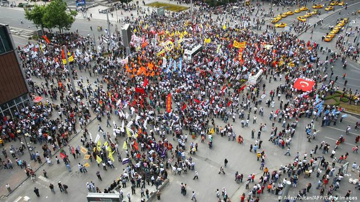На демонстрации в Стамбуле выходили до ста тысяч человек