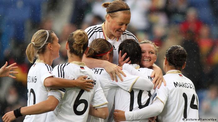 زنان سفیدپوش آلمان در عرصه جهانی نیز موفقیتهای زیادی به دست آوردهاند. کسب عنوان قهرمانی جهان در سالهای ۲۰۰۳ و ۲۰۰۷ از مهمترین افتخارات آنان محسوب میشود.
