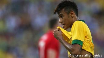 epa03728456 Brazil's Neymar in action during the international friendly soccer game between Brazil and England, at the newly re-opened Maracana stadium, in Rio de Janeiro, Brazil, 02 June 2013. EPA/MARCELO SAYAO +++(c) dpa - Bildfunk+++