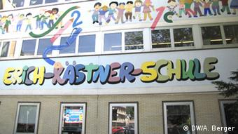 Colorful sign for the Erich Kästner School in Bonn. Copyright: DW/A. Berger