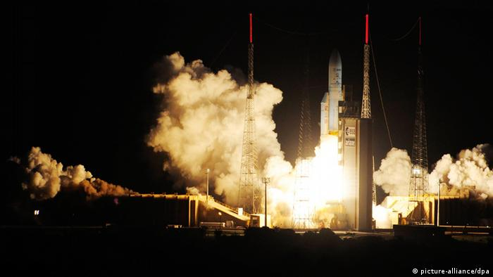 epa03732894 A handout picture provided by European Space Agency (ESA) shows the Ariane 5 rocket launching for Arianespace's Flight VA213 from Europe's Spaceport in Kourou, French Guiana, 05 June 2013. The mission carries a record-setting heavyweight payload containing the Automated Transfer Vehicle (ATV) Albert Einstein which is expected to dock at the International Space Station (ISS) on 15 June. EPA/STEPHANE CORVAJA / ESA / HANDOUT HANDOUT EDITORIAL USE ONLY/NO SALES +++(c) dpa - Bildfunk+++