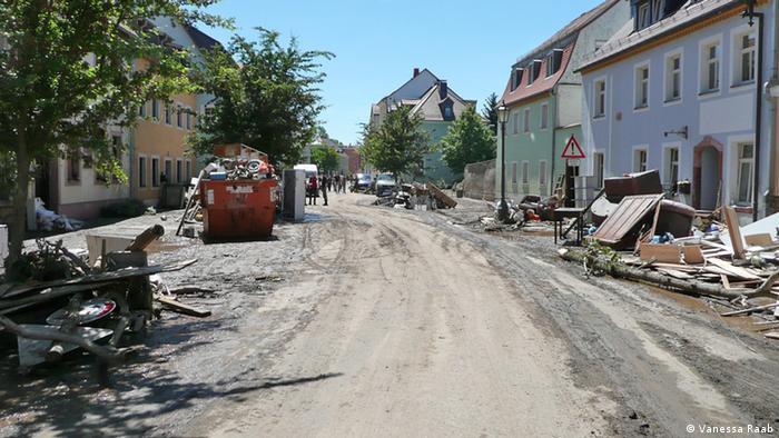 Bild P1070295 zeigt eine mit Schlamm bedeckte Straße in Grimma nach dem Hochwasser<br /><br />