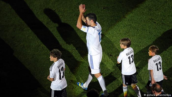 Michael Ballack with his three sons thanks the fans in the Red Bull Arena in Leipzig (Sachsen). Foto: Jan Woitas/dpa