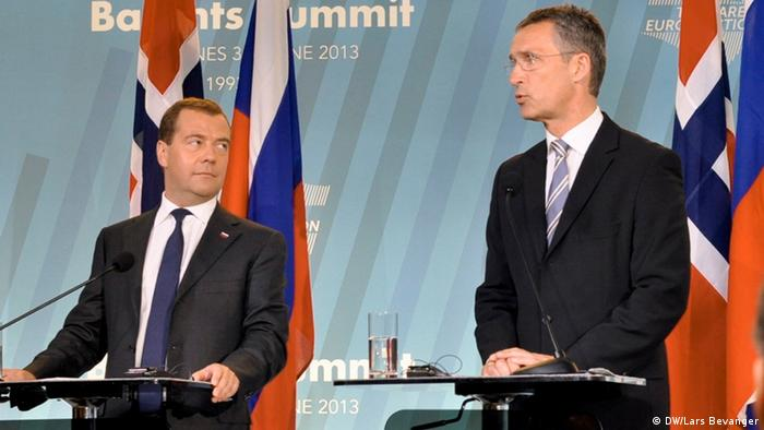 Two politicians in dark business suits look at each other during a press conference (Photo: DW / Lars Bevanger)