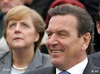 Merkel e Schröder: concorrência na performance frente às câmeras