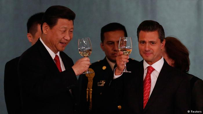 Mexico's President Enrique Pena Nieto (R) and China's President Xi Jinping make a toast during a dinner at the National Palace in Mexico City June 4, 2013. Xi is on a three day official visit to Mexico. REUTERS/Tomas Bravo (MEXICO - Tags: POLITICS)