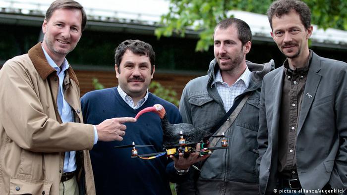 Hellabrunns Zoodirektor und Wissenschaftler der Univeristät Bologne sowie der Leiter des Waldrappteams mit dem Quadrocopter, auf den die Waldrappküken trainiert werden sollen (Foto: picture alliance/augenklick)