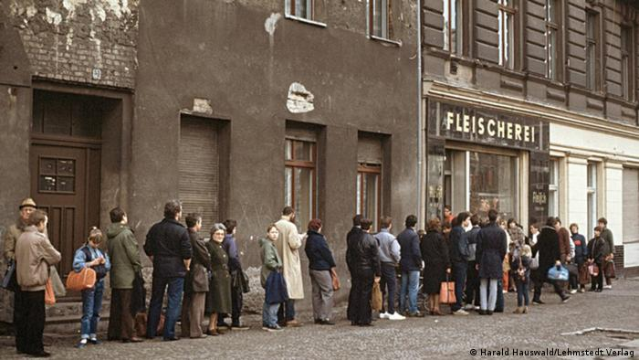 A long queue outside a butcher's shop on Oderberger Strasse in East Berlin, photo by Harald Hauswald