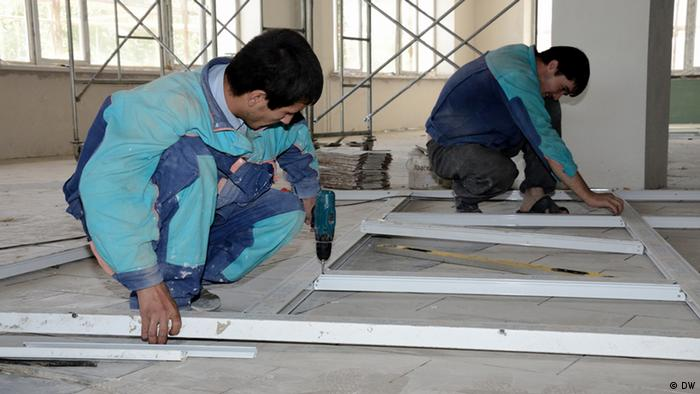 Таджикские строители работают на российской военной базе