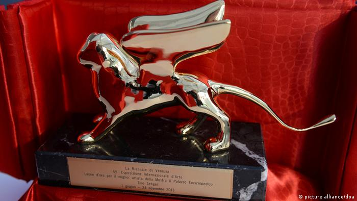 Der Goldene Löwe für Tino Sehgal, den besten Künstler in der Internationalen Ausstellung, aufgenommen am 01.06.2013 in Venedig (Italien). Die 55. Internationale Kunstausstellung, La Biennale di Venezia 2013, wird am 1. Juni eröffnet. Felix Hörhager/dpa