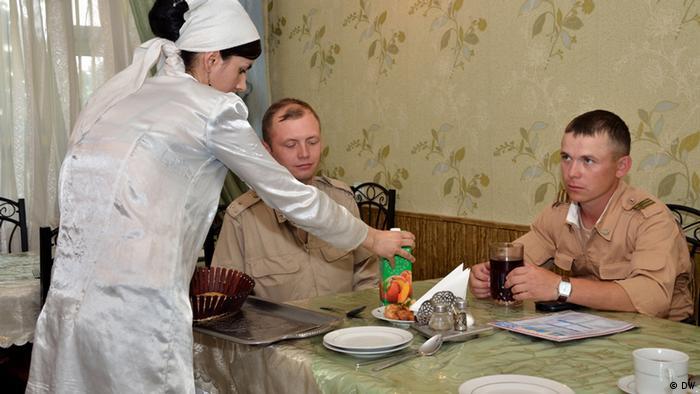 Российские солдаты 201-й базы во время обеда
