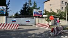 Die 201. Militärbasis Russlands in Tadschikistan Autor: Galim Faskhutdinov, DW-Korrespondent in Duschanbe, Tadschikistan, dh COPYRIGHT DW. Bild_1.JPG – Eingangstor der russischen 201. Militärbasis in Tadschikistan, Duschanbe, am 4. Juni 2013