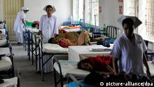Krankenschwestern arbeitet am Donnerstag (23.06.2011) in einer Krankenstation in Tongi, einem Vorort von Dhakar in Bangladesh, die von der Bundesregierung unterstützt wird. Das ehemalige Ost-Pakistan, das 1971 seine Unabhängigkeit von Pakistan erkämpfte, gehört zu den ärmsten Ländern der Welt. Foto: Tim Brakemeier dpa