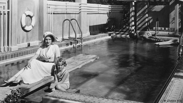 Marlene Dietrich mit ihrer Tochter Maria am Swimmingpool ihrer Villa in Hollywood, 1931 (Foto: ullstein bild)
