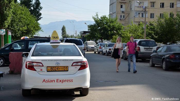 Такси рядом с российской военной базой в Душанбе