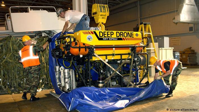 Air Force Mitarbeiter bereiten das Verladen der Deep Drone 8000 vor (Foto: dpa)