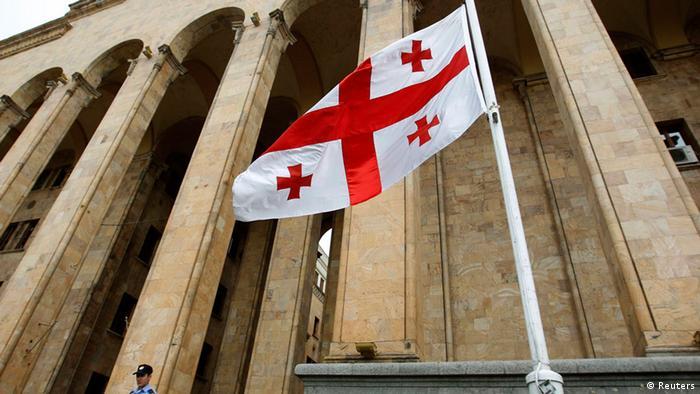 Флаг Грузии перед парламентом страны