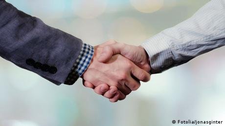 Two people shake hands with one another (Fotolia/jonasginter)
