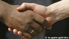 Bildnummer: 52015095 Datum: 23.03.2004 Copyright: imago/imagebroker Menschen unterschiedlicher Hautfarbe geben sich die Hand, Personen , Highlight , Körperteile; 2004, Symbolfoto, Hand, Hände, Integration, Völkerverständigung, shakehands, shake hands, Multikulti, multikulturelle, multikultureller, multikulturelles, Zusammenhalt, Akzeptanz, Verständigung, Toleranz, Zusammenarbeit; , quer, Kbdig, Einzelbild, Deutschland, ,