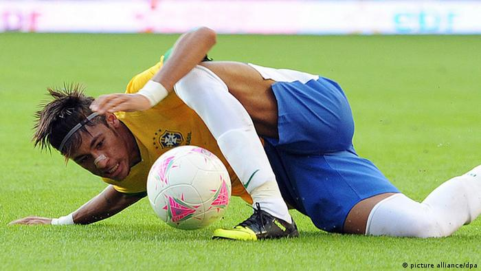 epa03312875 Brazil's Neymar in action during the friendly soccer match between Great Britain and Brazil, at the Riverside Stadium, Middlesbrough, Britain, 20 July 2012. The match is a warm up ahead of the Olympic Games which begin on 27 July. EPA/PETER POWELL +++(c) dpa - Bildfunk+++