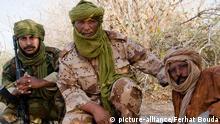 Tuareg-Kämpfer der MNLA (Nationale Bewegung zur Befreiung des Azawad) in Nord-Mali am 14.02.2012. Nach dem Sturz von Gaddafi in Libyen ist der Bürgerkrieg in Mali zwischen Tuareg-Rebellen und den Regierungstruppen eskaliert. Fast 130.000 Menschen befinden sich laut UN auf der Flucht. Rund die Hälfte flüchtete ins Ausland, die andere Hälfte sind Binnenflüchtlinge. Durch die bestehende Nahrungsmittelknappheit in der Sahelzone droht eine humanitäre Katastrophe.