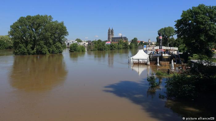 Steigendes Hochwasser auf der Stadtstrecke der Elbe in Magdeburg (Foto: picture alliance).