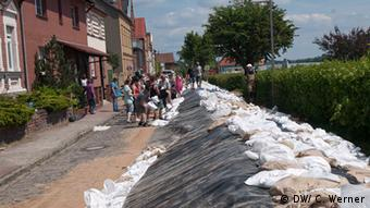 People filling sandbags at a dyke Photo: Christian Werner