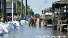 Im Magdeburger Stadtteil Rothensee spitzte sich die Lage im Laufe des Samstagnachmittags dramtisch zu - die Ortschaft droht in den Fluten zu versinken. Neuralgischer Punkt: Das Umspannwerk droht voll Wasser zu laufen. Soldaten der Bundeswehr auf dem Weg zum Helfen
