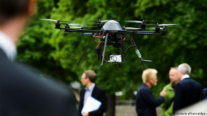 Ein sogenannter Octocopter - eine Drohne zur 3D Modellierung von Bäumen - fliegt während eines Infobesuches des sächsischen Minister für Umwelt und Landwirtschaft über das Freigelände der TU Dresden (Foto: dpa)