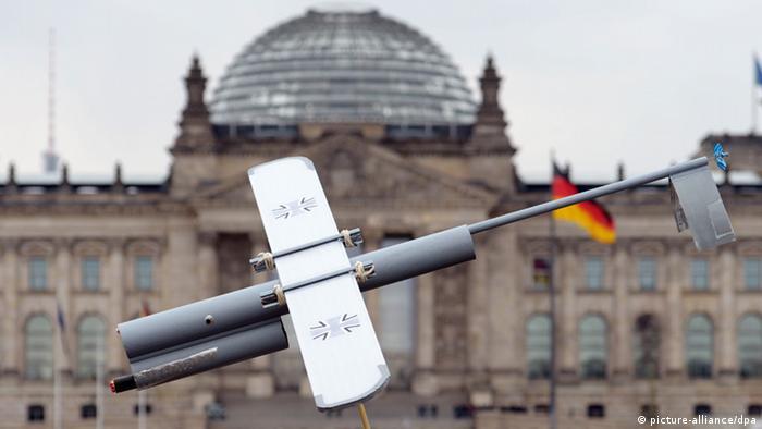 Mit der Nachbildung einer militärischen Drohne protestieren Ostermarschierer im März 2013 vor dem Bundestag in Berlin gegen den Einsatz von Drohnen im Krieg (Foto: dpa)