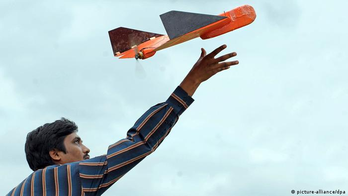Ein indischer Wissenschaftler der Nationalen Luftfahrt Laboratorien (NAL) testet ein Mikroluftfahrtzeug in der Nähe von Bangalore (Foto: dpa)