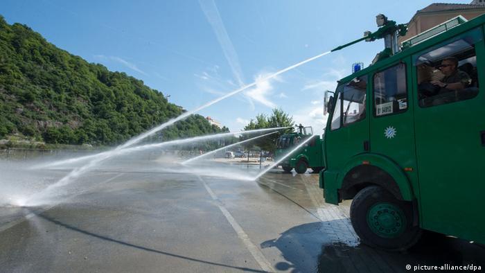 Mit Wasserwerfern Schlamm beseitigen (Foto:dpa)